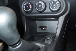 Mitsubishi umístění OEM AUX vstupu