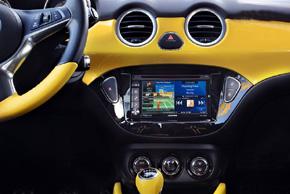 Opel Adam - interiér s instalovanou navigací