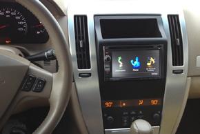 Rámeček 2DIN autorádia Cadillac Escalade s instalovanou navigací