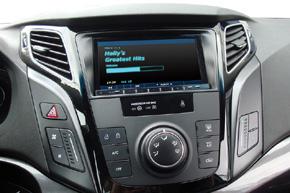 Rámeček 2DIN autorádia Hyundai i40 instalovaný v interiéru
