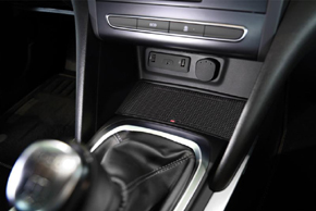 Inbay® Qi nabíječka Renault Megane IV. instalovaná v automobilu