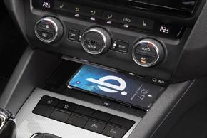 Inbay® Qi nabíječka Škoda Octavia III. - instalace v interiéru - s mobilním telefonem