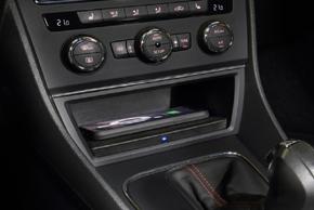 Inbay® Qi nabíječka Seat Leon (12-16) - instalovaný v automobilu s mobilním telefonem