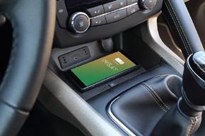 Inbay® Qi nabíječka Renault Kadjar - interiér s mobilním telefonem