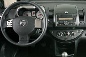 Nissan Note 2010 - interiér s OEM autorádiem